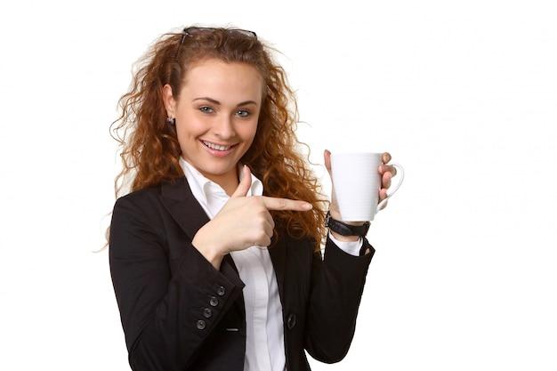 お茶のカップを持つ女性実業家