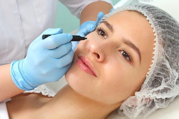 美容処置に対する患者の顔の準備。