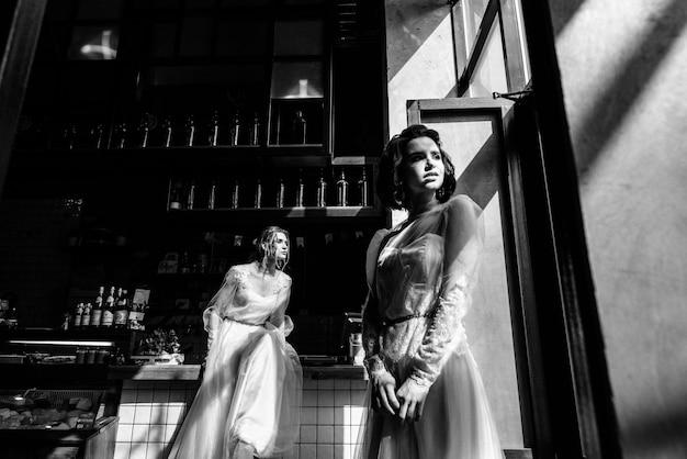 白いウェディングドレスの女の子がポーズをとっています。