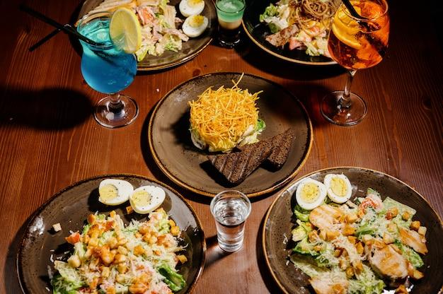 テーブルの上にさまざまなおいしい料理。テーブルの上に様々なスナックや前菜。レストランのメニュー。