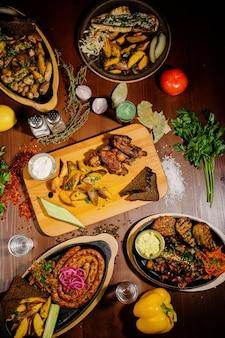 テーブルの上にさまざまなおいしい料理。テーブルの上に様々なスナックや前菜。レストランメニュー。トップビュー
