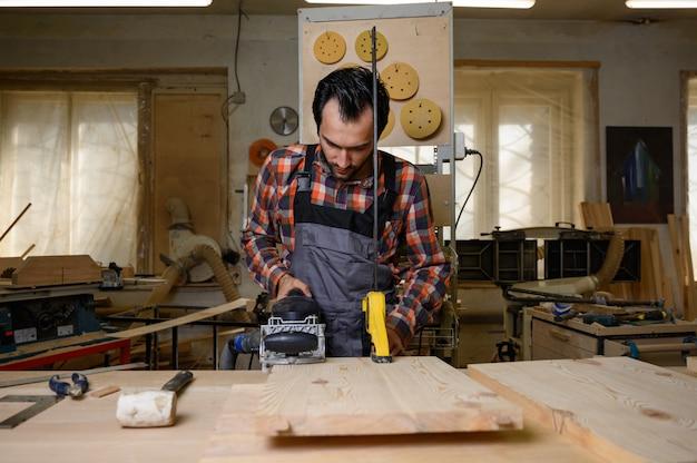 Рабочий процесс в столярной мастерской