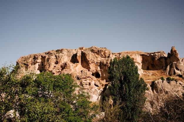 トルコ、カッパドキアの夕日に劇的に照らされたきのこのように見える岩
