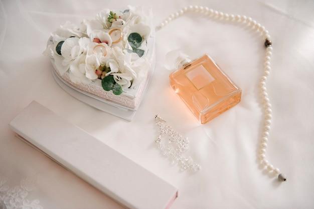 Женские аксессуары невесты. сумочка, туфли, кольца, свадебный парфюм