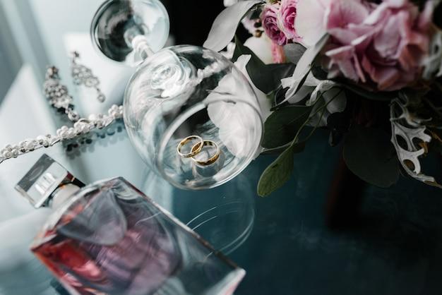 女性のアクセサリーの花嫁。ハンドバッグ、靴、指輪、ブライダル香水