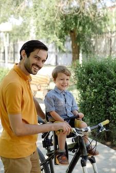 ベビーシートで父と息子の自転車に乗る