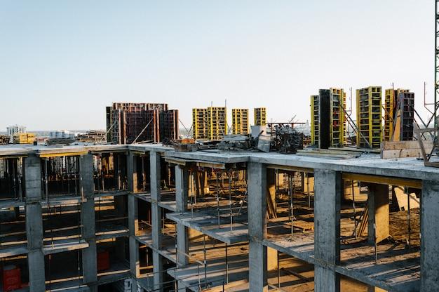 建設現場と高層クレーンビル