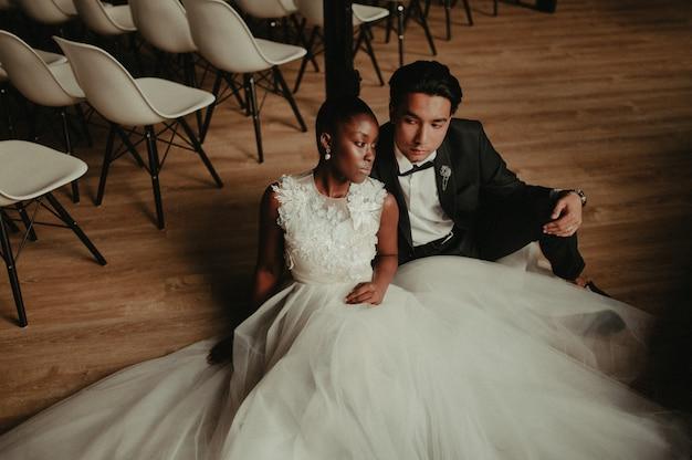 Жених и невеста обнимают друг друга