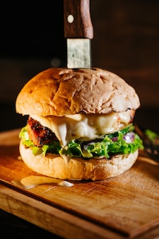まな板の上の大きなジューシーなハンバーガー