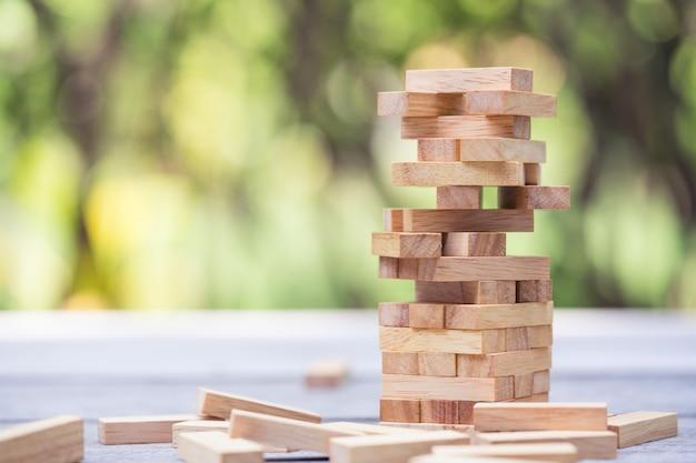 ウッドブロックスタックゲーム、背景。教育、リスク、開発、および成長の概念
