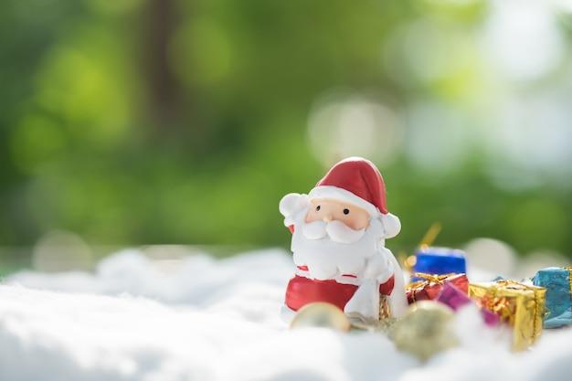 カラフルなクリスマスのキャラクターと装飾。