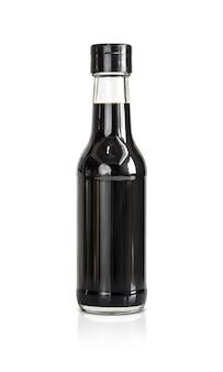 白い背景で隔離の大豆醤油の瓶