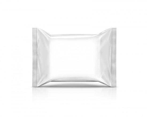 空白の包装紙が白い背景で隔離のポーチを拭く