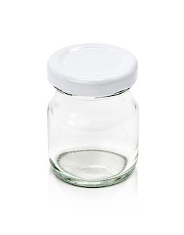 Пустая упаковка прозрачной стеклянной бутылки с белой крышкой на белом фоне