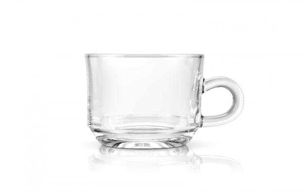 Прозрачная чашка чая на белом фоне