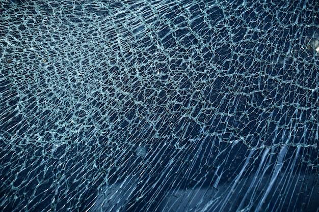 自動車事故によるガラスのひび割れ
