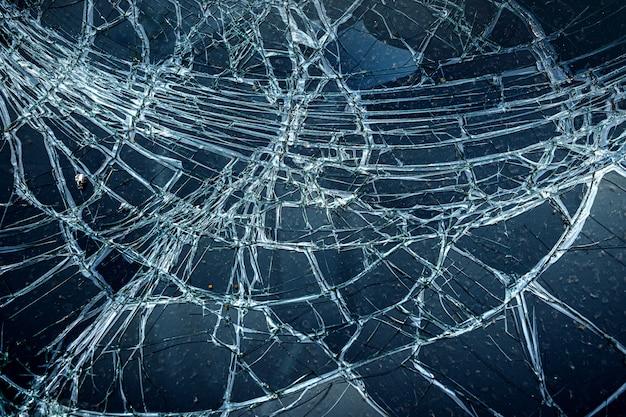セレクティブフォーカスを使用した、自動車事故によるガラスのひび割れ