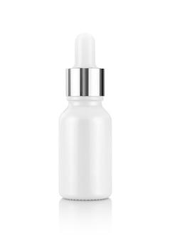 Белая стеклянная бутылка сыворотки капельницы на белом фоне