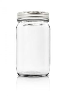 Прозрачная стеклянная бутылка с серебряным колпачком на белом фоне