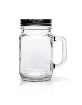 Прозрачная стеклянная бутылка с черной алюминиевой крышкой на белом фоне