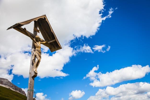 イタリア北東部のドロミティ地方の典型的な木で作られた100年前の十字架