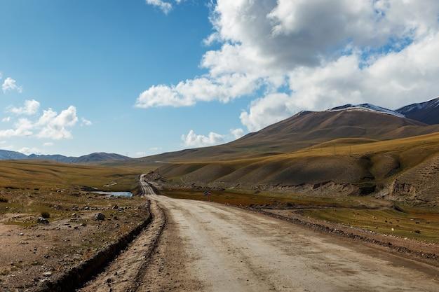 키르기스스탄 나린 지역을 지나는 367 고속도로.