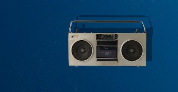 색상 배경에 고립 된 추상 복고풍 간단한 라디오 카세트 레코더, 간단한 음악 파티에 들어