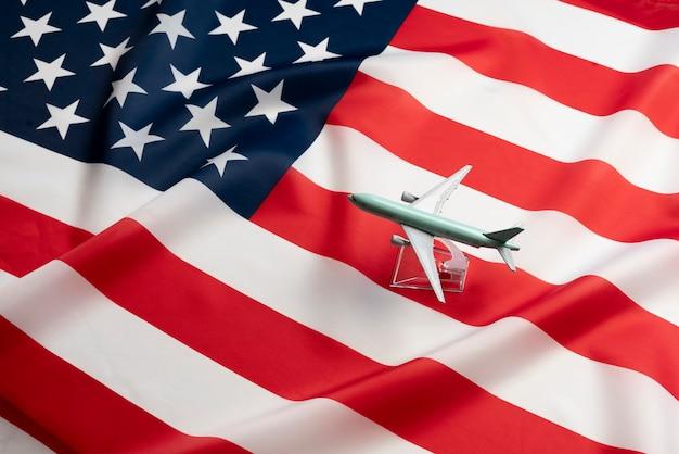 여객 운송의 상징으로 미국 국기에 비행기