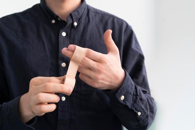 手に医療用テープを貼る、皮膚の痛みを防ぐ石膏