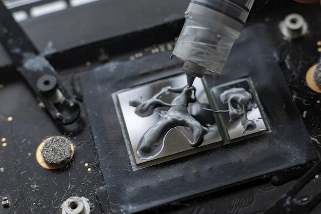 より良い熱管理のためにgpuチップにサーマルグリースを塗布する