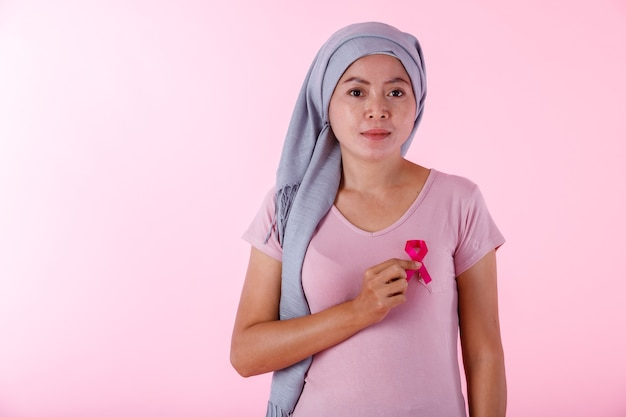 ピンクのリボンを保持しているプルオーバーでアジアの女性の病気の乳がん患者