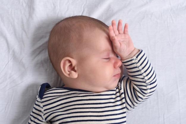 ベッドで寝ている赤ちゃん