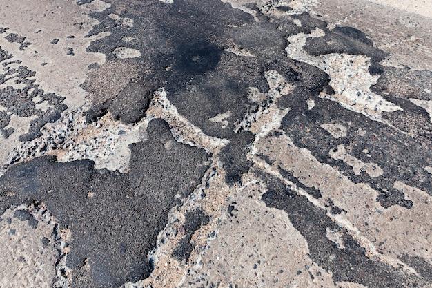 ポットホールやピットの修理が不十分な悪い道路、質の悪い道路は何度も修理されています