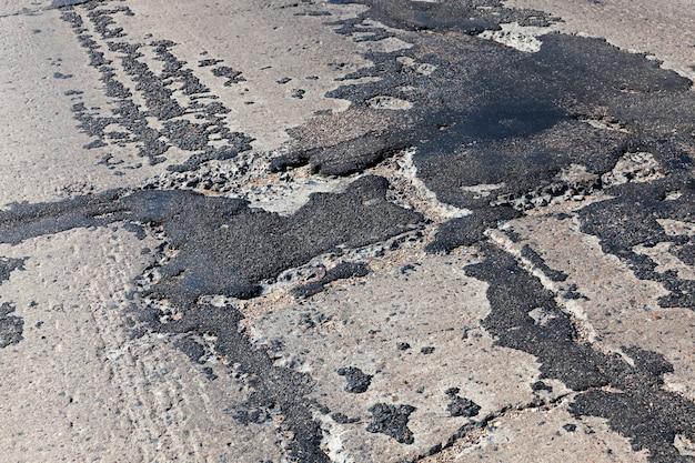 甌穴や穴の修理が不十分な悪い道路、質の悪い道路は何度も修理されています