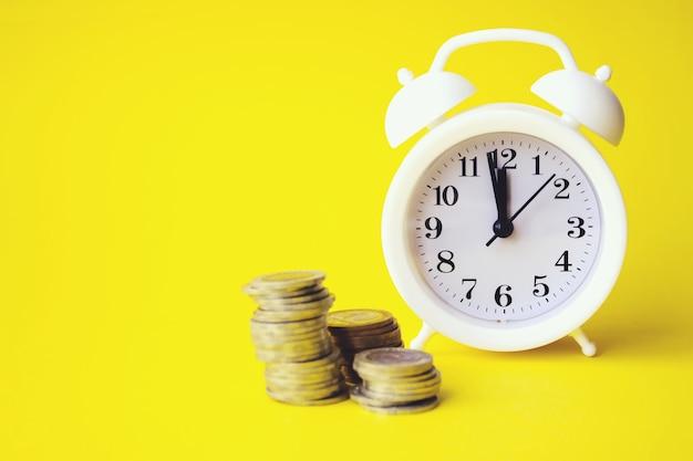 시간과 돈 사이의 균형. 시간의 개념은 돈입니다. 투자 개념입니다. 성장하는