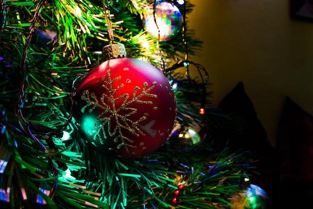 ライトでクリスマスツリーに飾られたボール