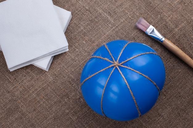 ジュートの風船、布、接着剤用のブラシ、ハロウィーン用の張り子でカボチャを作る、隔離用の装飾。