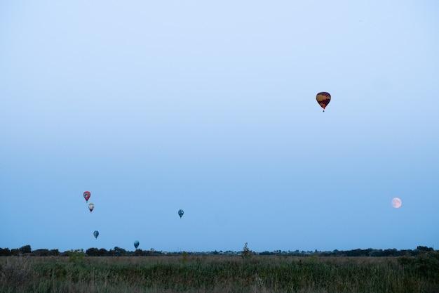 月と空の風船。気球まつり