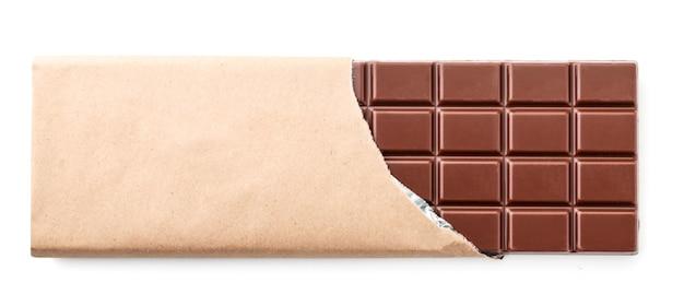 分離された白い背景の上のパッケージのクローズアップのミルクチョコレートのバー。上からの眺め