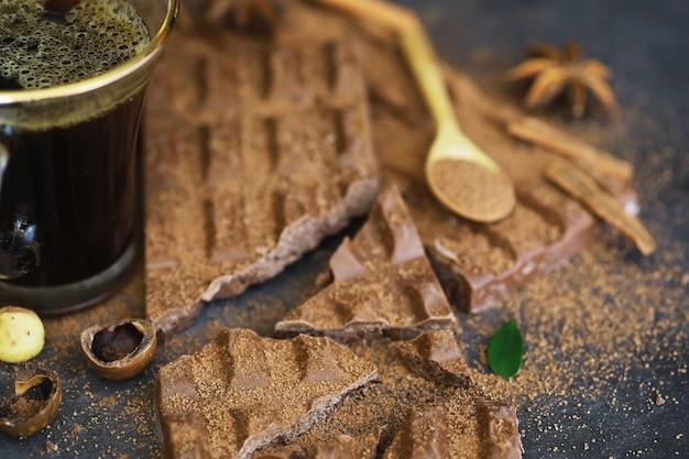 テーブルの上のミルクチョコレートのバー。ナッツとシナモン風味のチョコレート。
