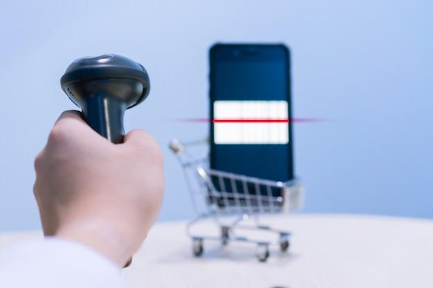 Сканер штрих-кодов сканирует штрих-код на мобильном устройстве