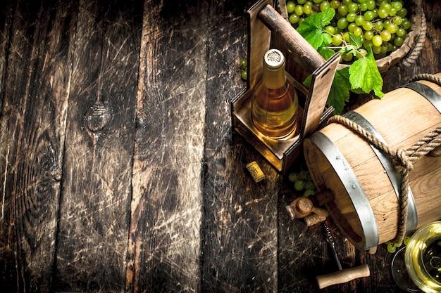 포도의 가지와 화이트 와인의 배럴.