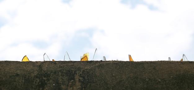바리케이드 벽 하늘 배경 깨진 된 유리로 덮여 있습니다.