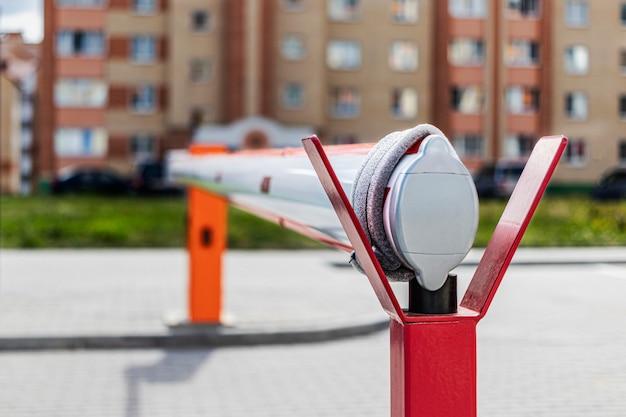 Шлагбаум при входе во двор жилого массива. защита частной собственности. выборочный фокус. размытый фон.