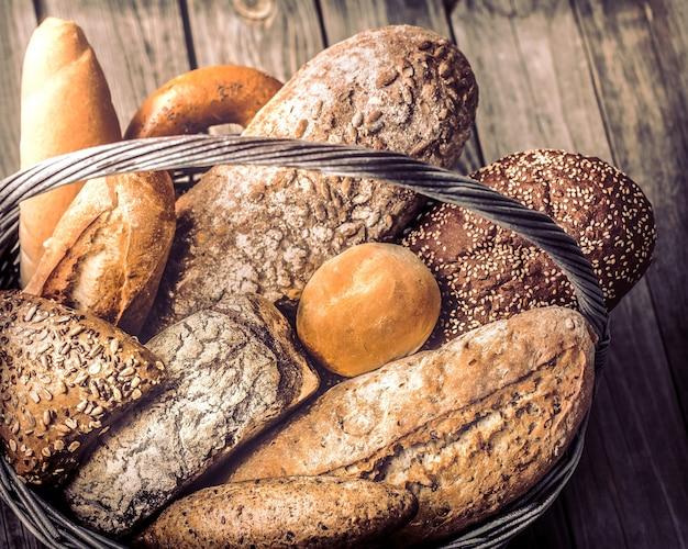 さまざまな焼きたてのパンのバスケットがクローズアップ