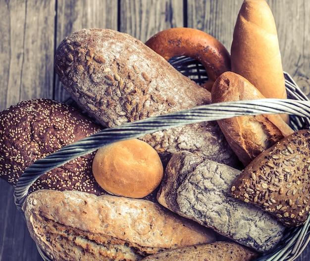 Корзина с разнообразным свежим хлебом