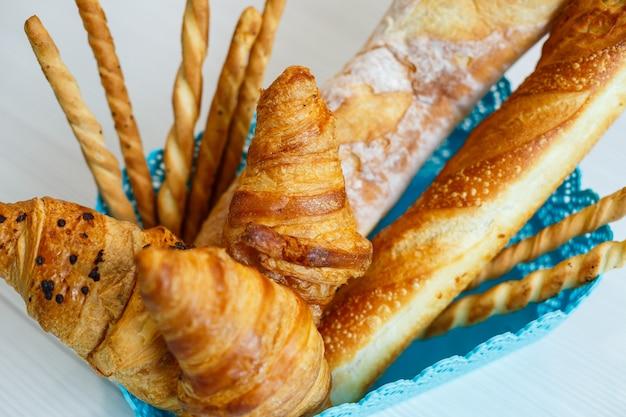 신선한 패스트리, 크루아상, 빵이 담긴 바구니. 통곡물 구운 식품, 효모가 없는 빵