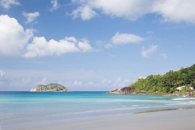 하얀 모래와 돌 세이셸 섬 해변