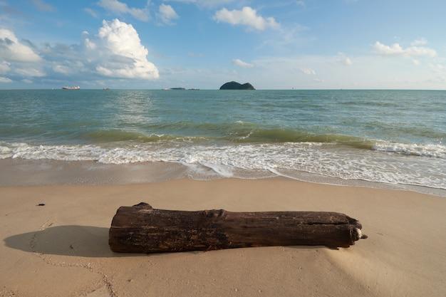 Приставанный к берегу тимберс с предпосылкой островов на пляже samila, songkhla, таиланде.
