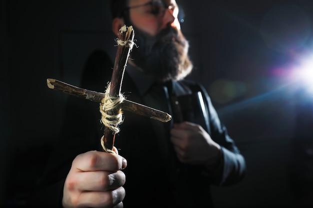 Бородатый мужчина в костюме держит в руке какой-то предмет. понятие времени и идей. стремление и развитие.